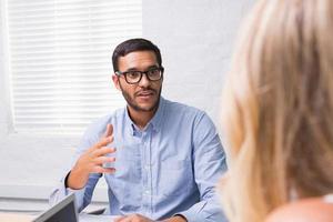 jovem empresário entrevistando mulher