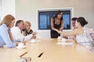 empresária por tela abordando a reunião da sala de reuniões foto