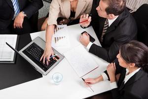 visão superior de uma equipe de negócios planejando agressivamente metas futuras foto