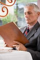 homem olhando para um menu foto