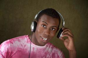jovem com fones de ouvido foto