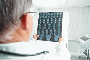 médico examina imagem de ressonância magnética foto