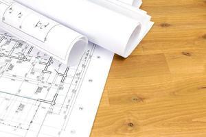 desenhos de construção na mesa de madeira foto