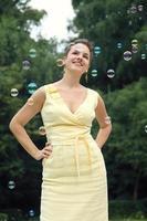 mulher com bolhas de sabão foto