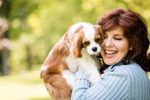 mulher com seu cachorro na natureza foto