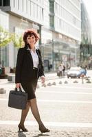 rua andando de mulher de negócios foto