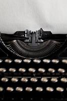 máquina de escrever com folha de papel texturizado envelhecido foto
