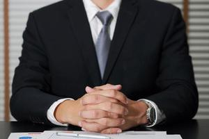 empresário sentado na sala de reuniões para ouvir os detalhes foto