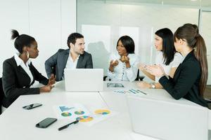 brainstorming de negócios e troca de idéias por pessoas bem vestidas foto