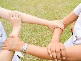 mãos segurando um círculo