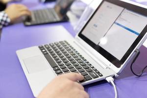 laptop moderno na exposição de tecnologia