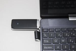 modem usb para internet sem fio em um laptop foto