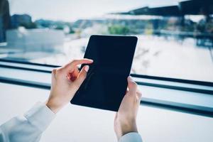 telefone inteligente usando na mão feminina com efeitos visuais foto