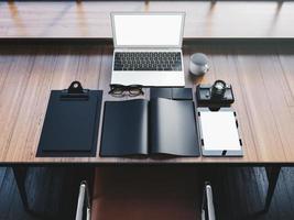 laptop de design genérico em cima da mesa de madeira com elementos de escritório foto
