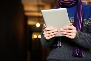 masculinas mãos segurando um computador tablet foto