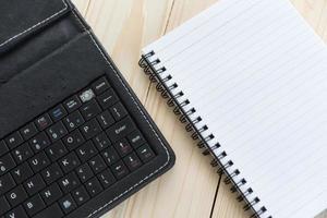 mesa de escritório com caderno, caneta e smartphone foto