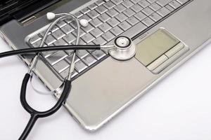 estetoscópio e laptop
