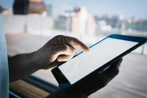 homem tocando a tela do seu tablet. fechar-se foto