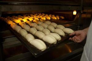 pão sendo feito em padaria. foto