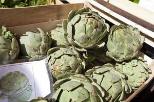 alcachofra fresca em recipiente no mercado foto