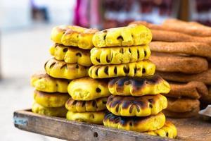 pilhas de pão, vendendo no mercado de jerusalém foto