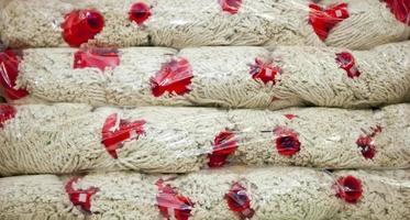 close-up de espanadores em pacotes no supermercado foto