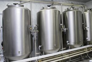 tanques de aço inoxidável revestem a parede em um ambiente limpo