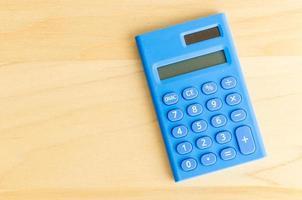 calculadora na mesa de madeira foto