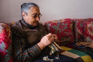 senhora sênior de tricô foto