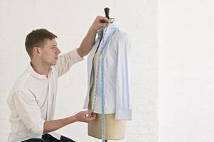 alfaiate, medindo, camisa, ligado, costureira, modelo, em, estúdio foto