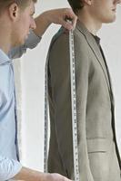 alfaiate de medição do terno do cliente foto