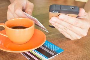 mão segurando o negócio on-line de telefone inteligente foto
