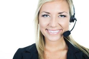 mulher de negócios loiro sorridente fofo no fundo branco foto