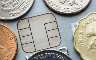 cartão de crédito para microchip com moedas estrangeiras foto