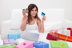 jovem mulher compras on-line foto