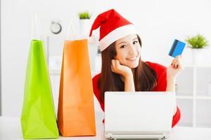 mulher jovem feliz, segurando o cartão de crédito