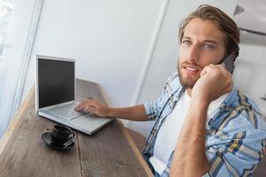 casual homem usando laptop tomando café