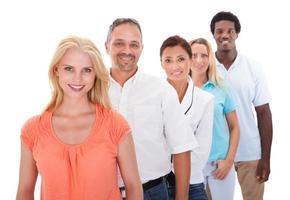 grupo de pessoas multiétnicas em pé em uma linha foto