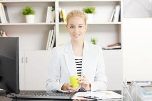 empresária no escritório foto