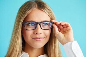 mulher de negócios com óculos foto