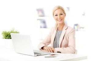 empresária com laptop foto