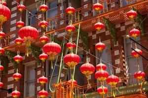lanternas vermelhas penduradas em chinatown foto