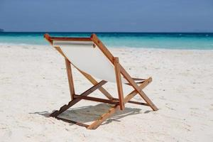 cadeira de praia na praia de areia foto