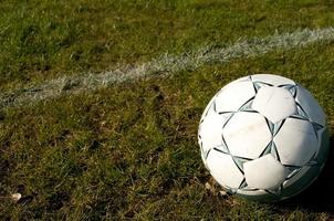 bola de futebol na grama foto