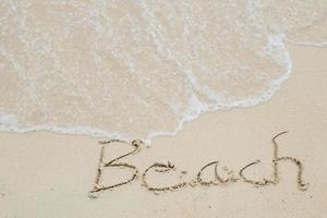 praia, palavra desenhada na praia foto