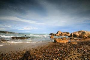 praia rochosa foto