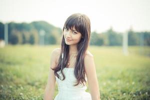 mulher jovem e bonita com musica de vestido branco