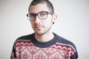 retrato de jovem macho com óculos e pull-over estilo montanha