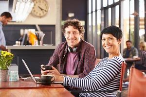 homem e mulher, reunião em uma cafeteria foto