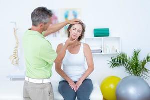 médico fazendo o ajuste do pescoço foto
